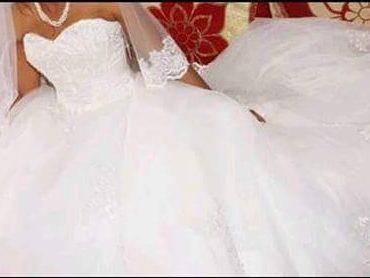 Vend robe de mariée 38/40 avec fermeture eclair au dos. Lavage pressing effectué