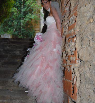 Robe de mariée tule rose et crème non coupée avec accessoires